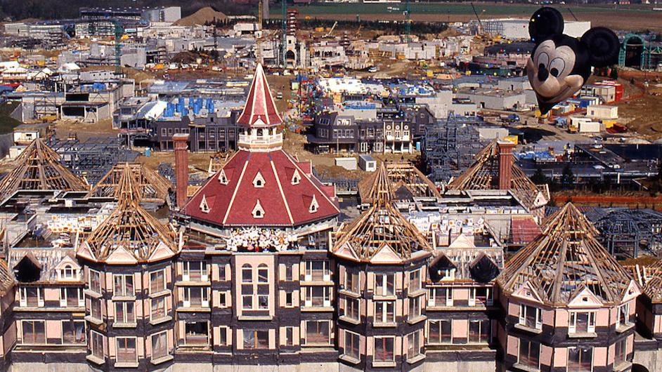 Das Disneyland Hotel im Bau
