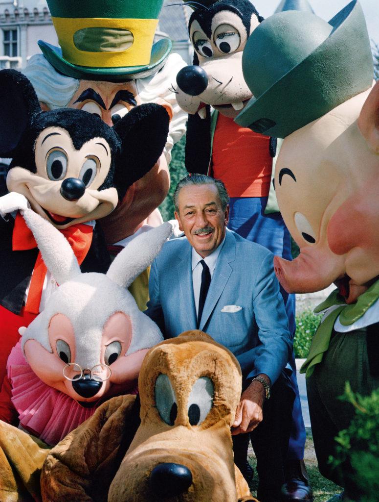 Walt Disney mit Micky und weiteren Disney-Figuren in Disneyland