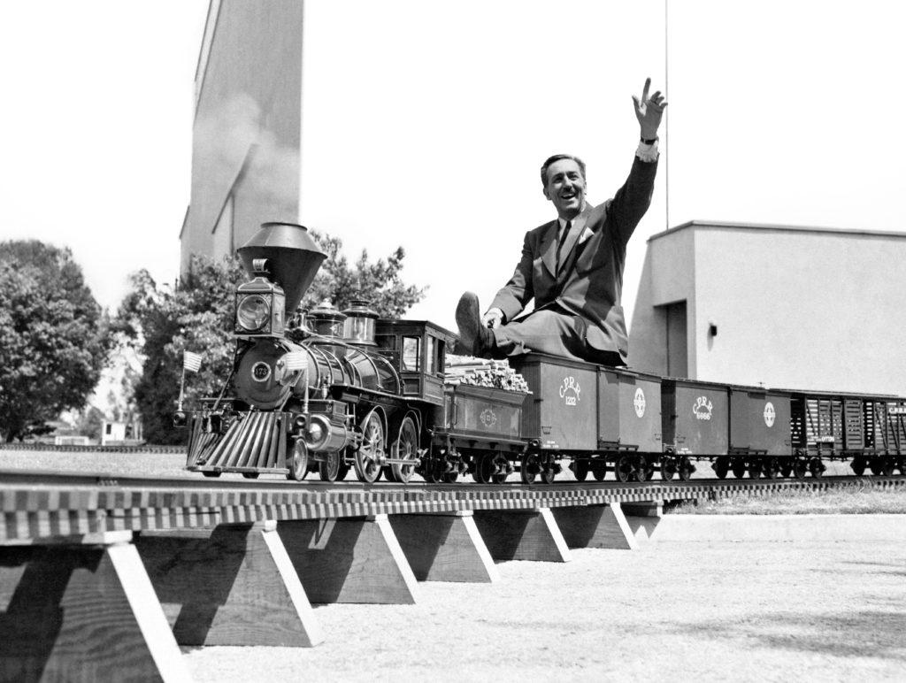 Walt Disney auf seiner Miniatur-Lokomotive Lilly Belle