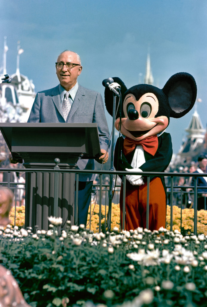 Roy O. Disney und Micky Maus bei der Eröffnung von Walt Disney Worlds Magic Kingdom.