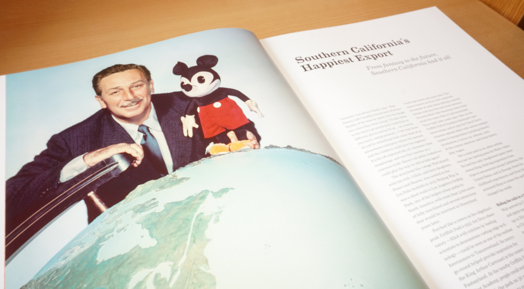 Walt Disney und Micky Maus schauen auf die Welt